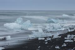 Den Jokulsarlon glaciärlagun i Island under en ljus sommarnatt Royaltyfria Foton