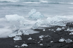 Den Jokulsarlon glaciärlagun i Island under en ljus sommarnatt Royaltyfri Bild