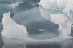 Den Jokulsarlon glaciärlagun i Island under en ljus sommarnatt Royaltyfri Fotografi