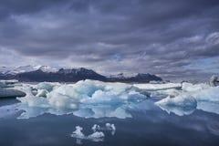 Den Jokulsarlon glaciärlagun i Island under en ljus sommarnatt Arkivbilder