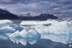 Den Jokulsarlon glaciärlagun i Island under en ljus sommarnatt Arkivfoton