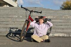 Den jolly pojken med hans cykel Arkivbilder