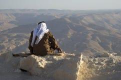 Den jordanska höga mannen tycker om sikter av berg Arkivfoton