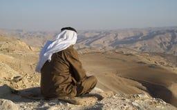 Den jordanska höga mannen tycker om sikter av berg Arkivbild