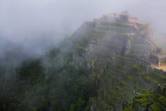 Den jordbruks- stenen terrasserar med dimma på Machu Picchu, Peru Arkivbild