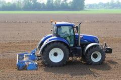 Den jordbruks- traktoren plöjer fälten, Holland Royaltyfri Bild