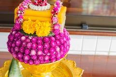Den jordklotamaranthen och ringblomman blommar och undersöker att dekorera på guld Fotografering för Bildbyråer