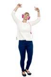 Den Joyous en mitt åldrades kvinnan som dansar till takten Royaltyfri Bild