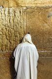 Den judiska dyrkaren ber på den att jämra sig väggen Royaltyfria Bilder