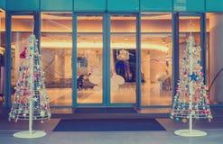 Den jul dekorerade trädframdelen av departmentstore för jul semestrar bakgrund royaltyfri foto