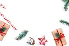 Den julbakgrund eller ramen med gåvaaskar, sörjer kottar, gran b royaltyfri bild