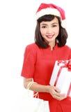Den julSanta hatten isolerade gåvan för jul för kvinnaståendehållen Royaltyfri Foto