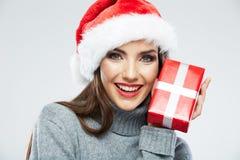 Den julSanta hatten isolerade gåvan för jul för kvinnaståendehållen Royaltyfria Bilder