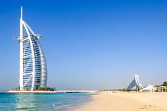 Den Jumeirah stranden och Burjen Al Arab Hotel Royaltyfri Fotografi