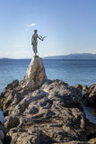 Den jungfru- flickan med seagullen, staty vaggar på, Opatija, Kroatien royaltyfria foton