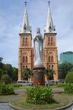 Den jungfruliga Mary monumentet framme av domkyrkan Ho Chi Minh stad vietnam Royaltyfria Bilder