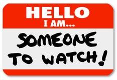 Den kända etiketten Hello är jag någon som håller ögonen på nametagen Royaltyfri Foto