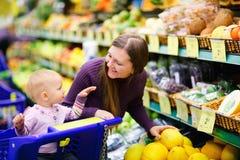 den köpande familjen bär fruktt supermarketen Royaltyfria Foton