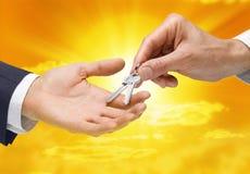 den köpande handen keys egenskapsframgång Royaltyfri Bild