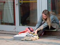 den köpta flickan har nya skor Fotografering för Bildbyråer
