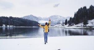 Den körande lyckliga turisten till den stora sjön med en lycklig översikt ankom han till hans destination, kastar han ner översik lager videofilmer