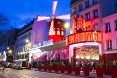 Den kabaretMoulin rougen i afton, Paris, Frankrike Arkivbilder