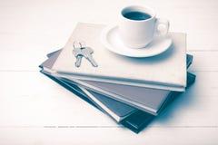 Den kaffekoppen, tangenten och bunten av boktappning utformar Arkivbilder