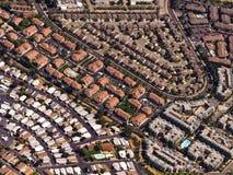 den Kalifornien familjen returnerar enkla förorter för rooftops Royaltyfri Foto