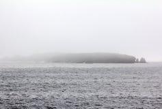 Den kalla aktuella Litken i det Barents havet skärgård av Novaya Zemlya, kanal Kara Gate Royaltyfri Bild