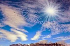 Den kalla nordliga solen exponerar bergen Arkivfoton