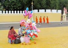 Den kambodjanska kvinnan säljer ballins på gatan Royaltyfri Bild