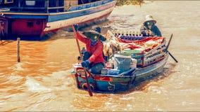 Den kambodjanska matförsäljaren på Tonlen underminerar sjön Royaltyfria Bilder
