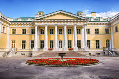 Den Kamennoostrovsky slotten är en tidigare imperialistisk landsuppehåll på den Kamenny ön i St Petersburg Royaltyfria Bilder