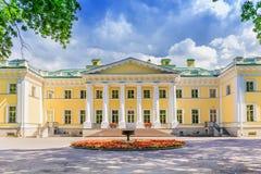 Den Kamennoostrovsky slotten på den Kamenny ön i St Petersburg Royaltyfria Foton