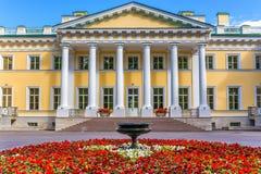 Den Kamennoostrovsky slotten på den Kamenny ön i St Petersburg Arkivfoton