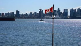 Den kanadensiska flaggan som vinkar i himlen /seabus Ver 2 stock video