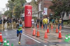 Den kanadensiska maratonlöparen Kip Kangogo kör förbi den 33 km produktionspunkten på den Scotiabank Toronto strandmaraton 2016 Arkivbilder