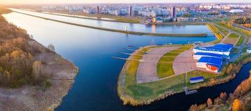 Den Kanal rudern beleuchtet mit hellem Sonnenschein Panorama von der Luft stockfotos