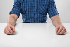 Den kantjusterade bilden av manliga händer på vilar Fotografering för Bildbyråer