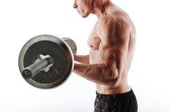 Den kantjusterade sikten av starka muskulösa sportar man genomkörare med skivstången Royaltyfria Bilder