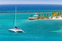 den karibiska catamaranen seglar Royaltyfri Fotografi