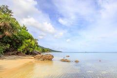 Den Karimunjawa indonesia java strandkustlinjen vaggar Arkivfoton