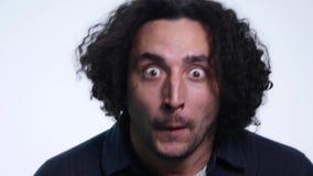 Den karismatiska skäggiga unga mannen i svart skjorta på vit bakgrund visar olika sinnesrörelser lager videofilmer