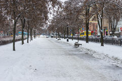 Den Karl Marx avenyn av den Dnepropetrovsk staden som täckas av is och snö på arbetsdagen på vintern, kryddar Arkivbild