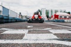 Den Karting racerbilen på mållinje, går kartkonkurrens fotografering för bildbyråer