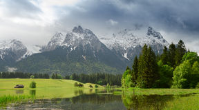Den Karwendel bergskedjan efter ett häftigt regn i vår. arkivbild