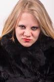 Den kaxiga ilskna unga gulliga unga kvinnan pälsfodrar in klår upp Arkivfoton
