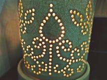 Den keramiska diffusorn som fylldes med naturlig nödvändig olja, förtunnade ljusa stearinljus arkivbild