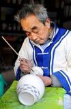 den keramiska konstnären jingdezhen den gammala målningen Arkivbilder