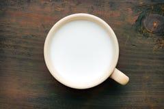 Den keramiska koppen med mjölkar arkivfoto
